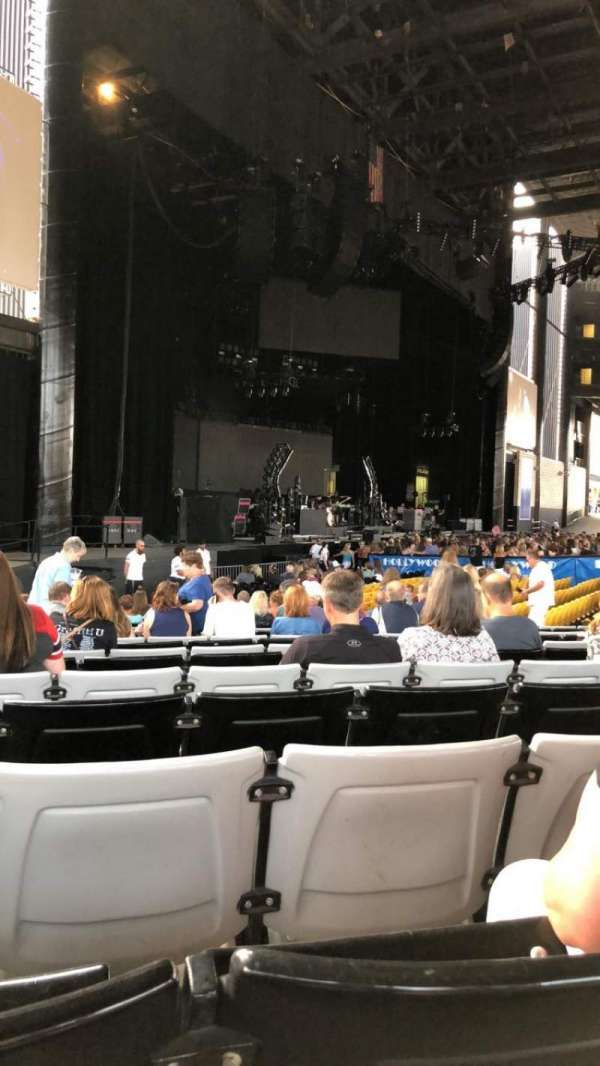 Hollywood Casino Amphitheatre (Tinley Park), section: 105, row: W, seat: 27