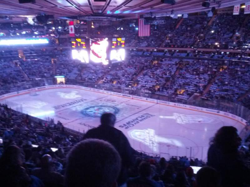 Madison square garden secci n 214 casa de new york rangers new york knicks st john 39 s red for Ticketmaster madison square garden